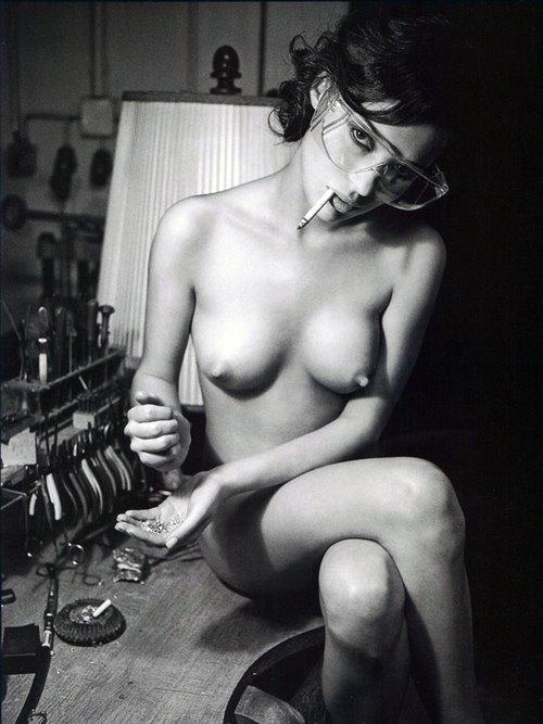 Голая девушка курит фото